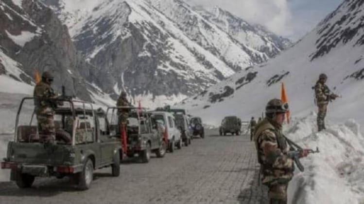 लद्दाख बॉर्डर पर बिगड़े हालात, भारत-चीन ने तैनात किए टैंक, काला टॉप हिल पर  सेना मुस्तैद - India china border tank deployment BATTLE TANKS kala top  hills pangong hill - AajTak