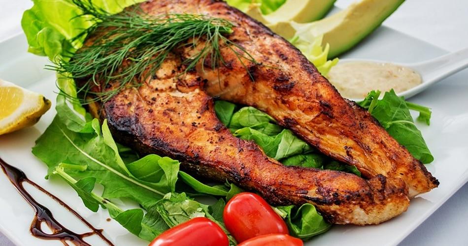 फैटी फिश- साल्मन, टूना, ट्राउट और मैकेरल जैसी फैटी फिश सेहत के लिए बहुत फायदेमंद होती हैं. इनमें भरपूर मात्रा में ओमेगा 3 और विटामिन D पाया जाता है. ओमेगा 3 दिल की बीमारियों से बचाता और दिमाग को स्वस्थ रखता है. ओमेगा 3 और विटामिन D में शरीर में सेरोटोनिन हार्मोन बनाते हैं जिसकी वजह से बहुत अच्छी नींद आती है. खाने से पहले थोड़ी मात्रा में फैटी फिश खाने से नींद जल्दी और अच्छी आती है