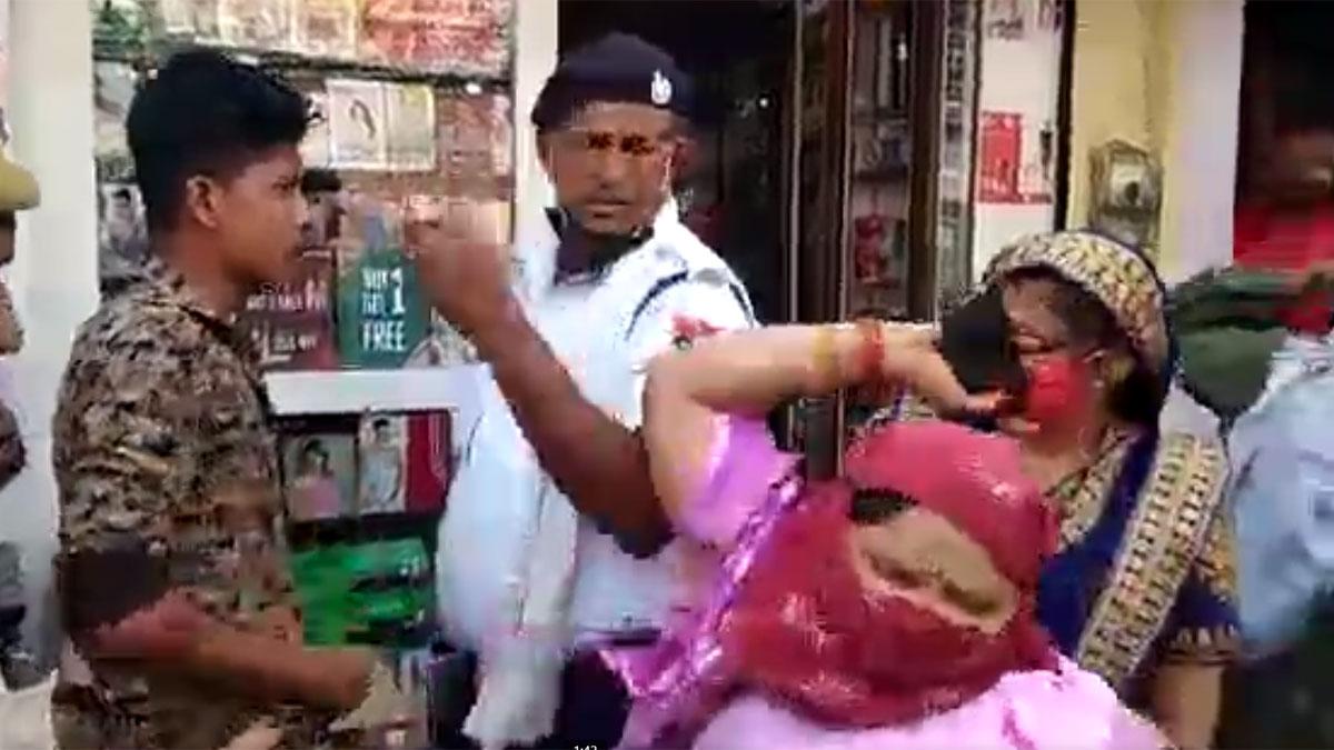 महिला ने ट्रैफिक पुलिसकर्मी का मोबाइल तोड़ा (फोटो आजतक)