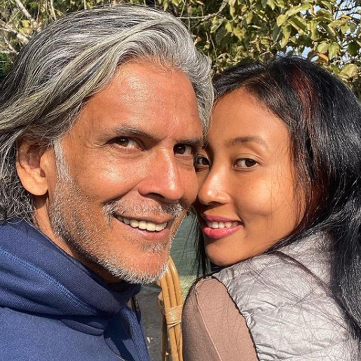 मिलिंद संग उनकी पत्नी