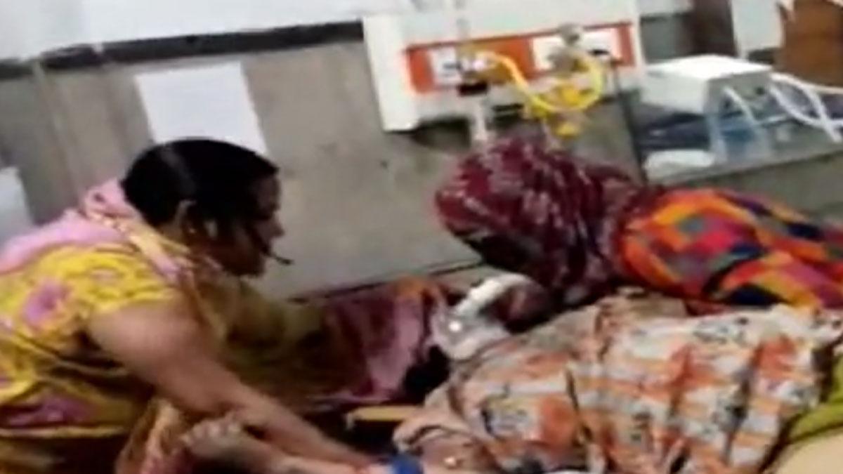 कोरोना मरीज का ऑक्सीजन मास्क निकाल वार्ड में पूजा करने लगीं दो महिलाएं
