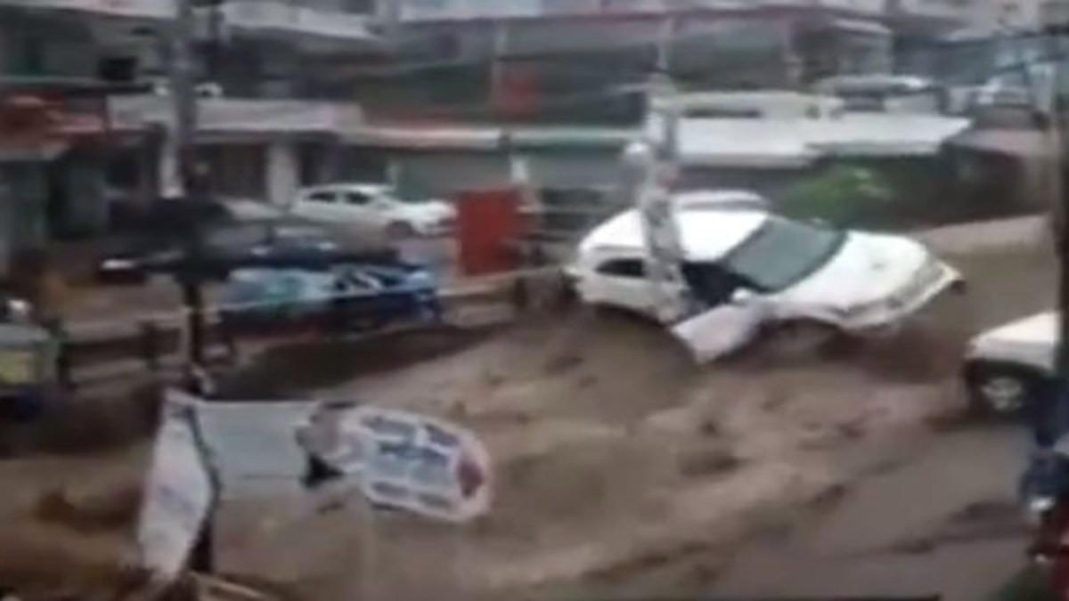 भारी बारिश से तबाही जैसा मंजर, बाढ़ और भूस्खलन चेतावनी जारी