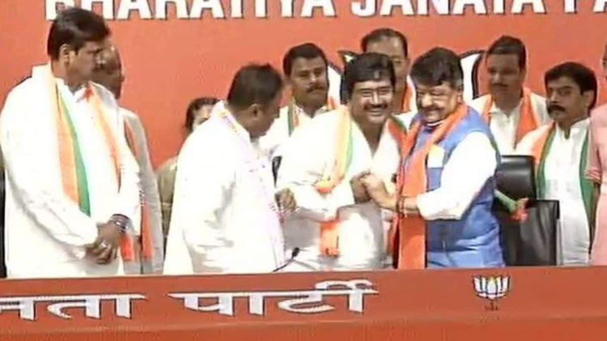 बीजेपी में शामिल हुए ममता के विधायक, 12 पार्षदों ने भी पार्टी छोड़ी - tmc  bongaon mla biswajit das tmc councillors and congress spokesperson  prasanjeet ghosh joins bjp kailash vijayvargiya mukul - AajTak