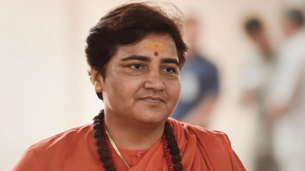 BJP दफ्तर में कार्यक्रम के दौरान सांसद साध्वी प्रज्ञा की तबीयत अचानक बिगड़ी  - madhya pradesh bhopal bjp mp sadhvi pragya singh thakur illness - AajTak