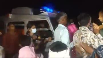 एंबुलेस के सामने गुस्साए ग्रामीणों का प्रदर्शन (फोटो-वीडियो ग्रैब)