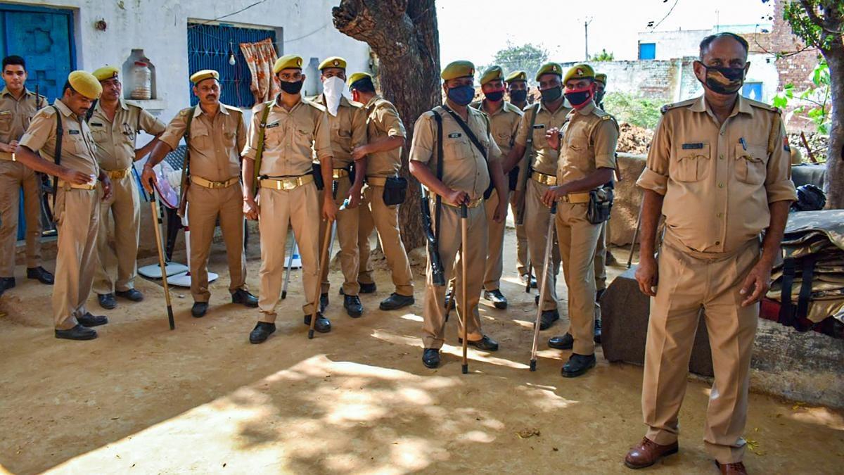हाथरस: पीड़िता के परिवार के हर शख्स को मिले दो सुरक्षाकर्मी, बाहर जाने से पहले देनी पड़ रही सूचना