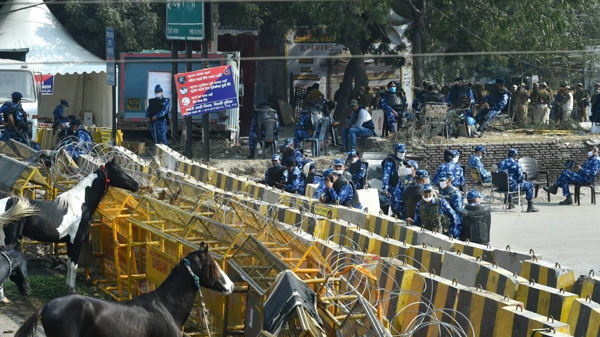 सिंघु बॉर्डर पर तैनात सुरक्षाबलों के जवान (फोटो-PTI)