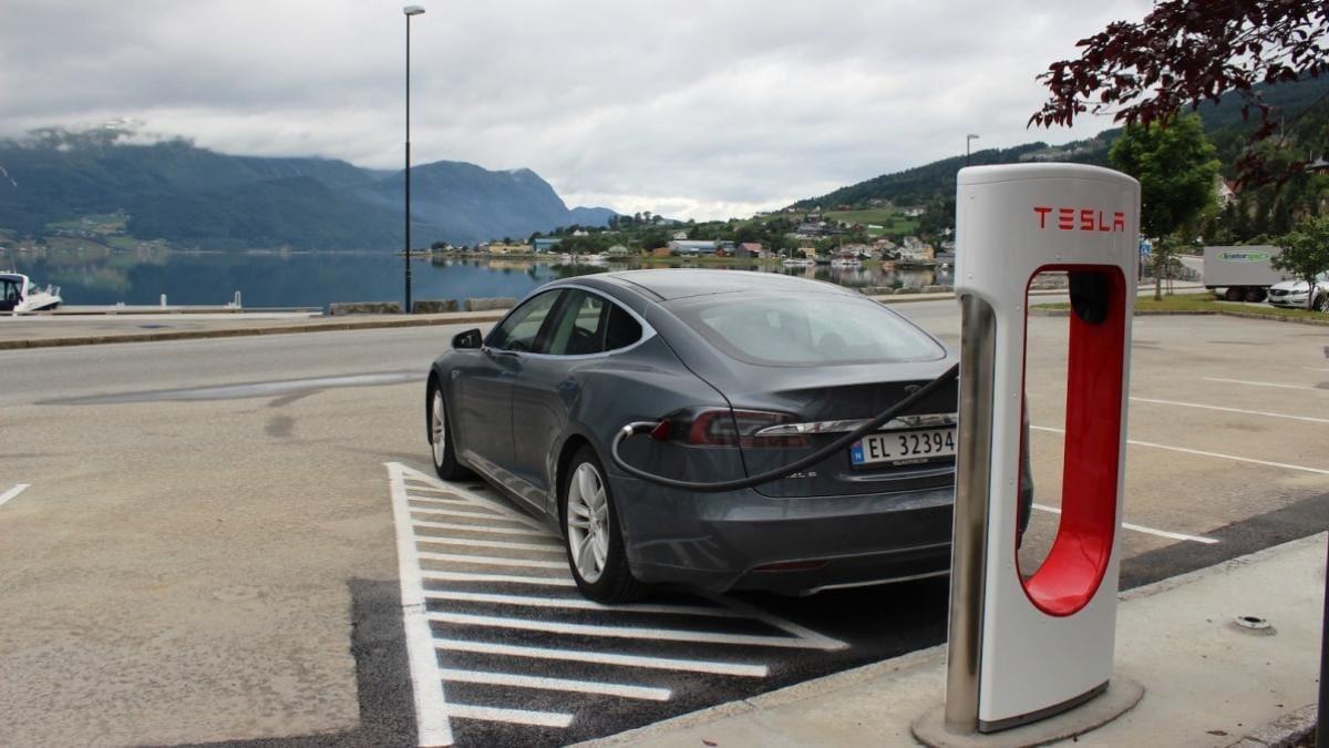 कुछ ही महीनों में भारत में मिलने लगेंगी टेस्ला की इलेक्ट्रिक कारें! नितिन गडकरी ने की पुष्टि