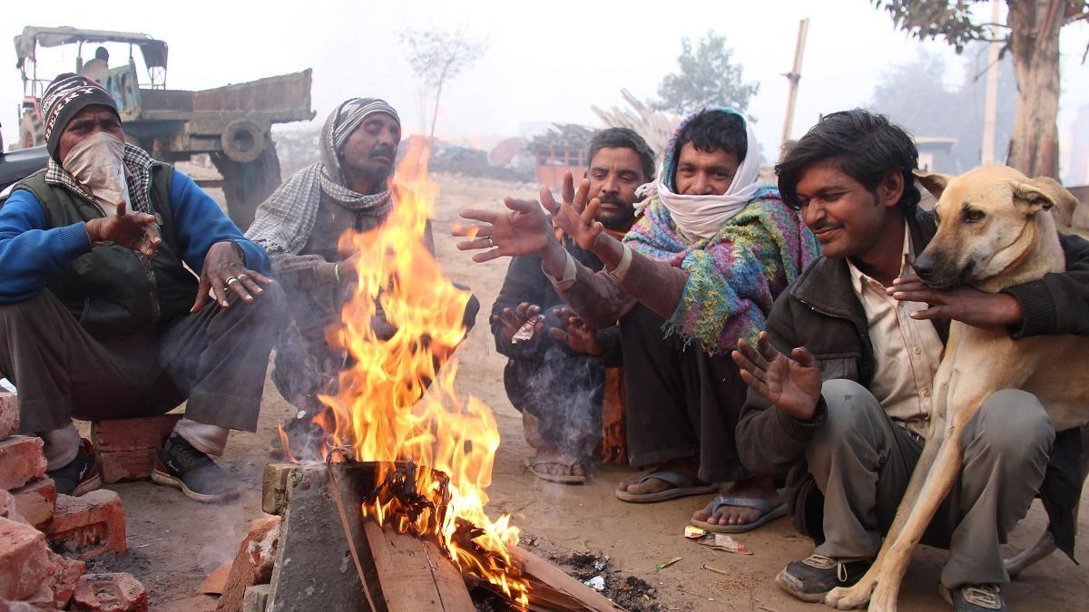 Delhi Weather Updates: दिल्ली पर सर्दी के साथ कोहरे का डबल अटैक, जानें गणतंत्र दिवस तक कैसा रहेगा मौसम