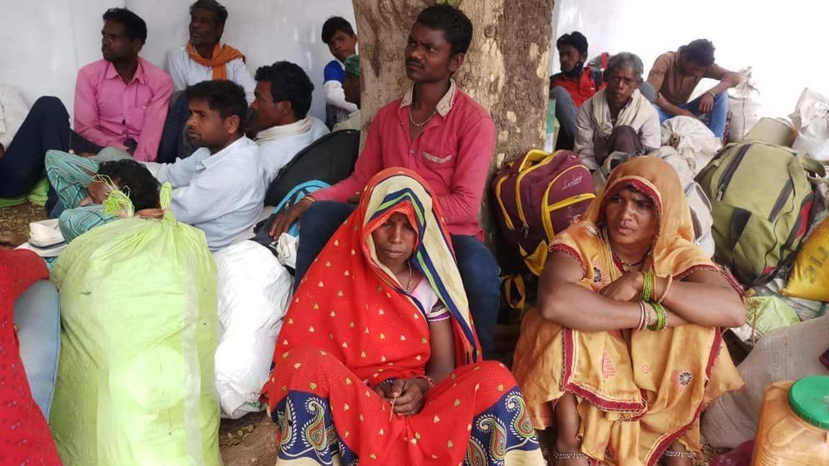 Adivasi laborers performing for wages (Photo- Vikas Dixit)
