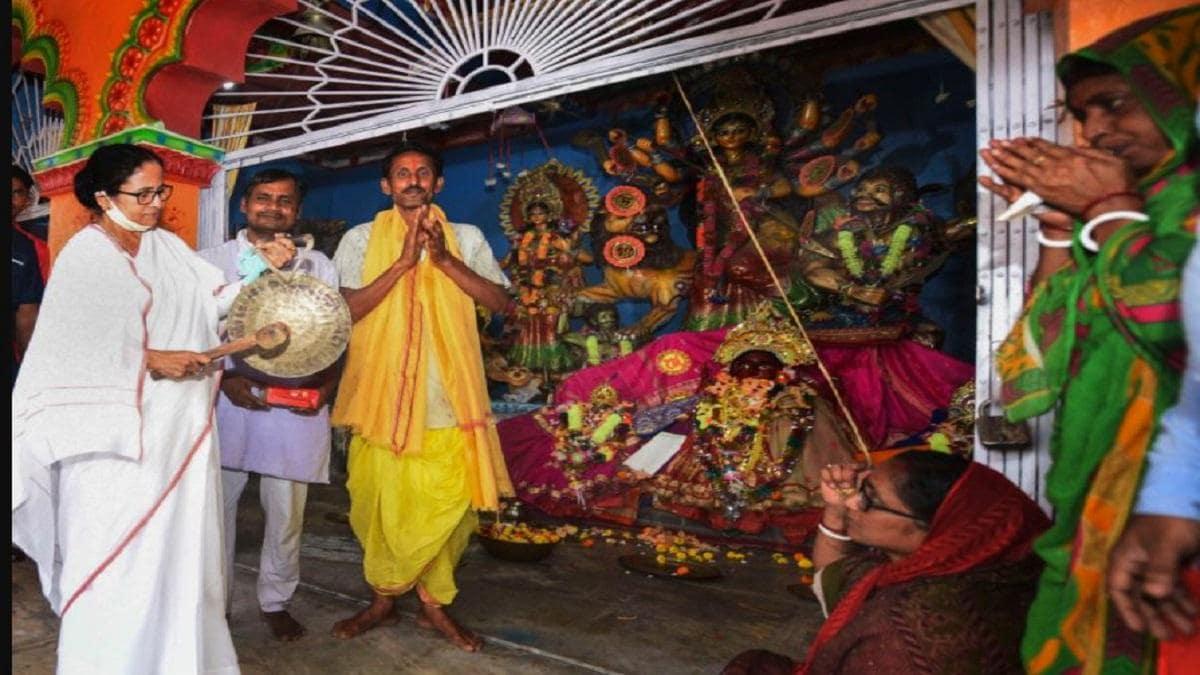 नंदीग्राम में ममता का अप्रत्याशित हिंदू कार्ड, पहले ही दिन तीन मंदिरों का  दौरा, मंच से मंत्रोच्चार - Chanting verses from the Chandipath at a rally  in Nandigram Mamata ...