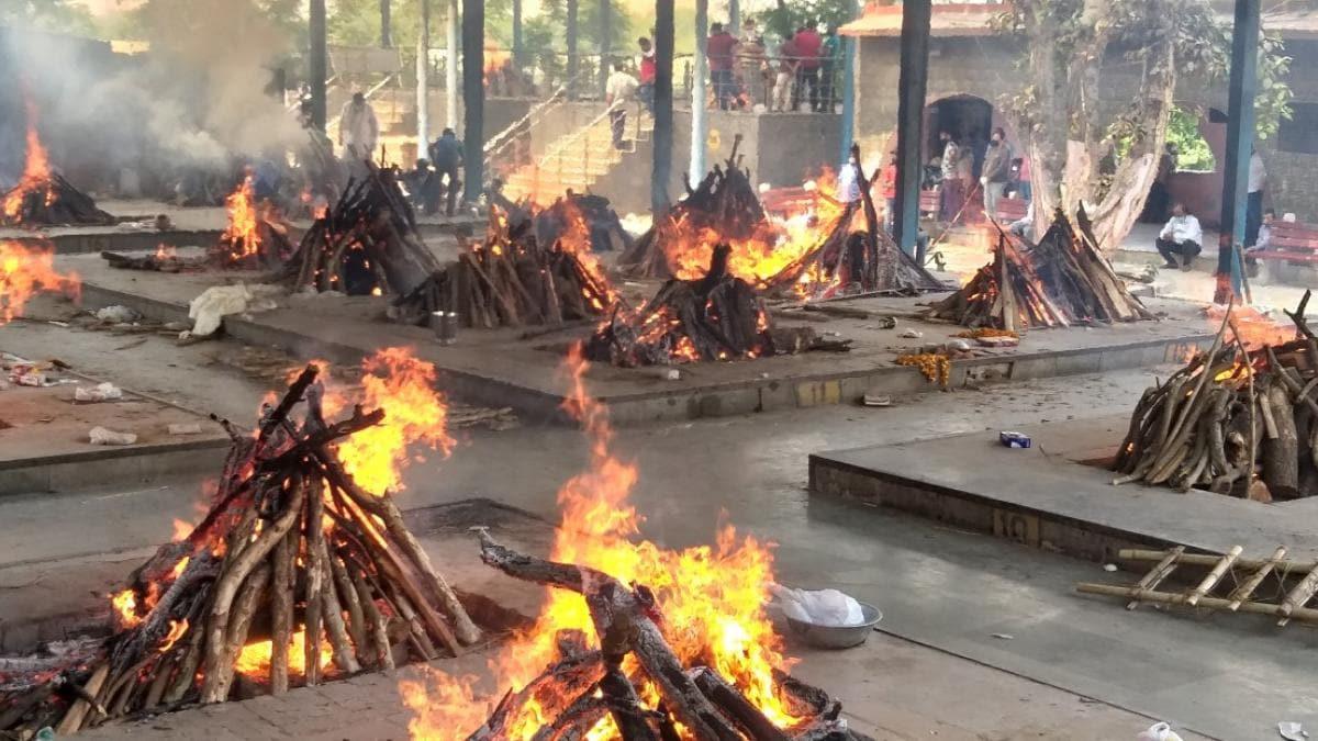 दिल्ली के श्मशान घाट में लकड़ियां खत्म, लोगों को करना पड़ रहा है घंटों  इंतजार - Delhi Cremation Ground Full Geeta Colony Ghat Ground Report -  AajTak
