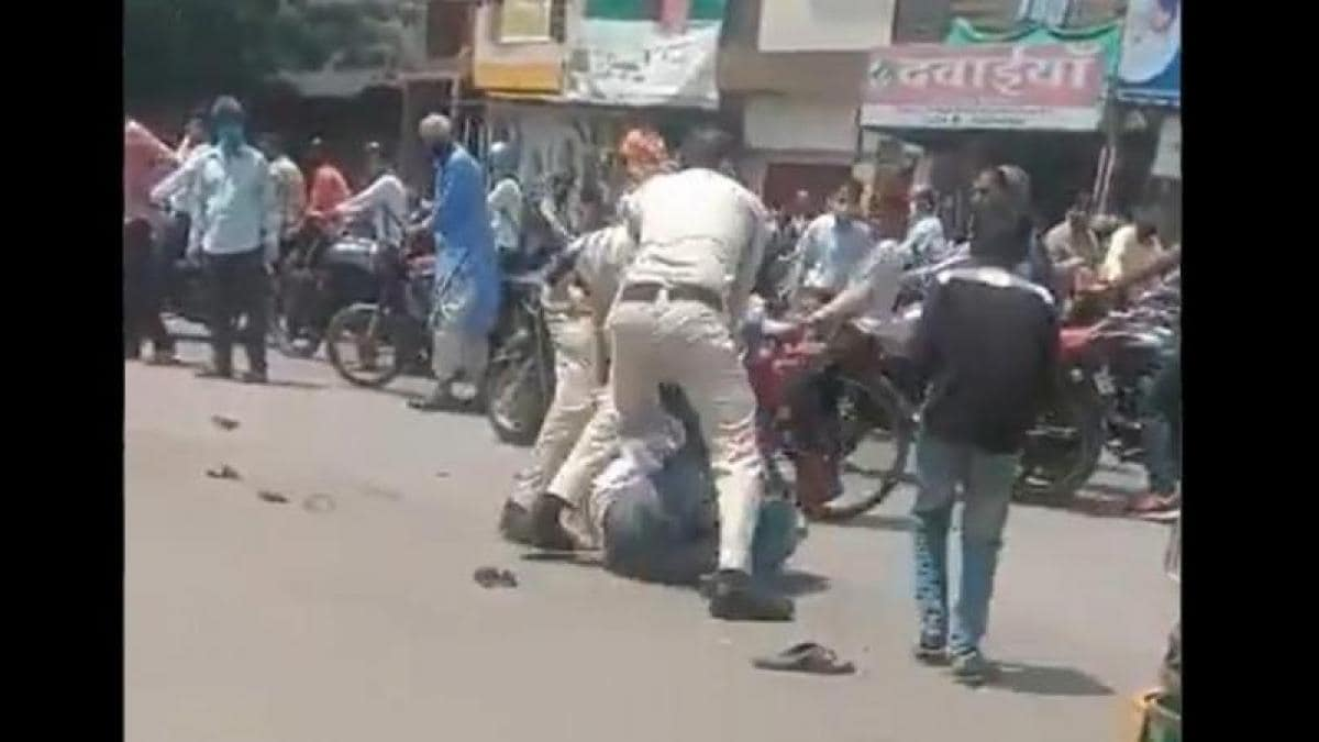 Indore: Two constables suspended for brutally beating young man for not wearing mask, MP Mask less man thrashed by two police officers in Indore Policemen Suspend - AajTak