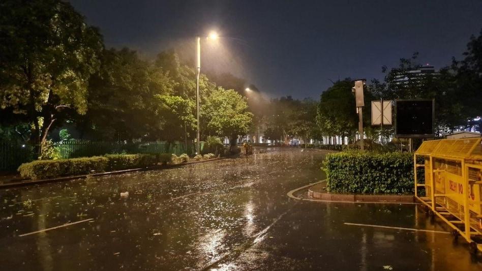 दिल्ली-NCR को मिली गर्मी से राहत, तेज़ आंधी के बाद बारिश से मौसम हुआ  सुहावना - Weather Forecast Rain in delhi ncr monsoon latest updates see  photos - AajTak