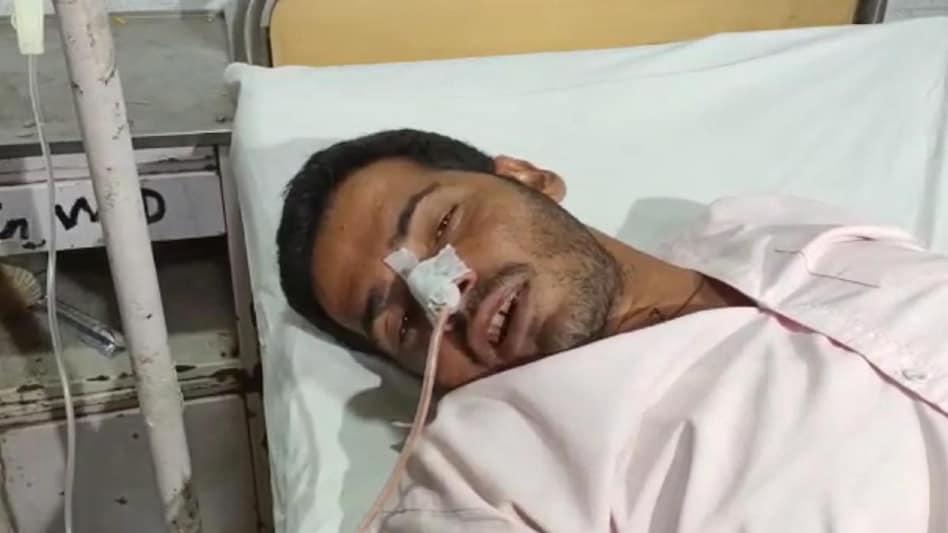 लखनऊः सीएम आवास के बाहर युवक ने खाया जहर, गंभीर हालत में अस्पताल में भर्ती  - man tries to commit suicide outside cm house in lucknow ntc - AajTak