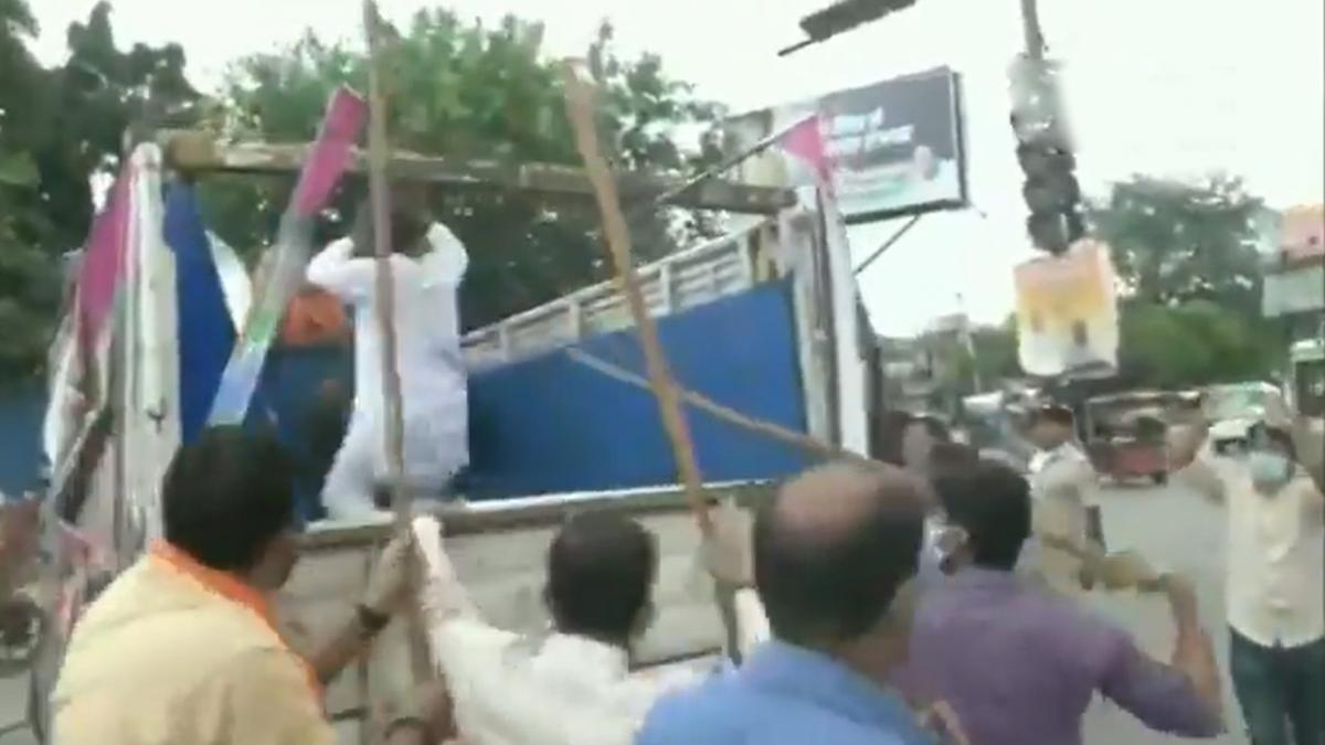 Clash between BJP-JAP workers in Patna