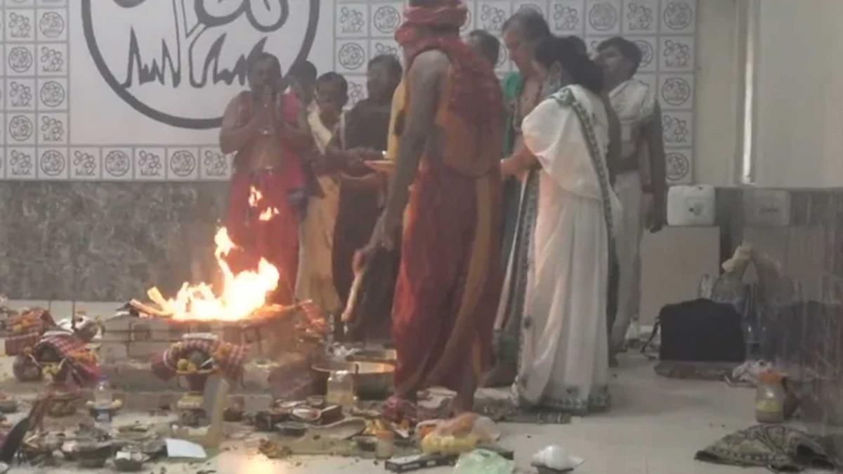 ममता बनर्जी के घर हुई पूजा