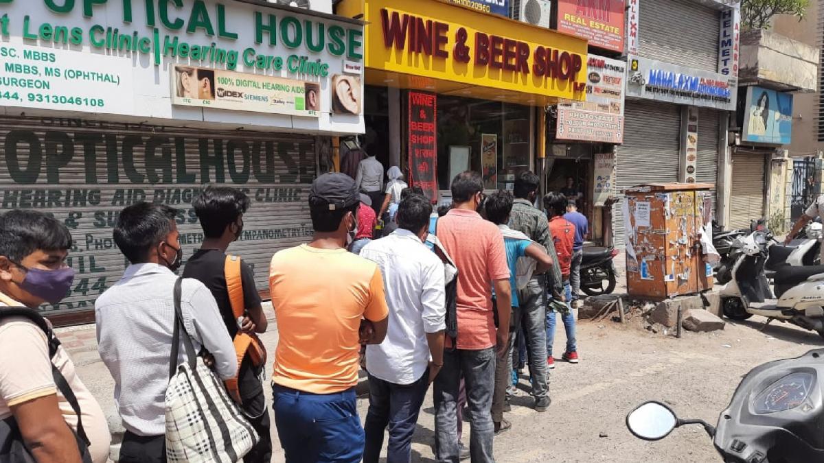 Delhi में Lockdown का एलान, शराब का 'स्टॉक' जुटाने दुकानों पर लगी कतार! -  Delhi lockdown announced, long queues outside liquor shops - Delhi AajTak