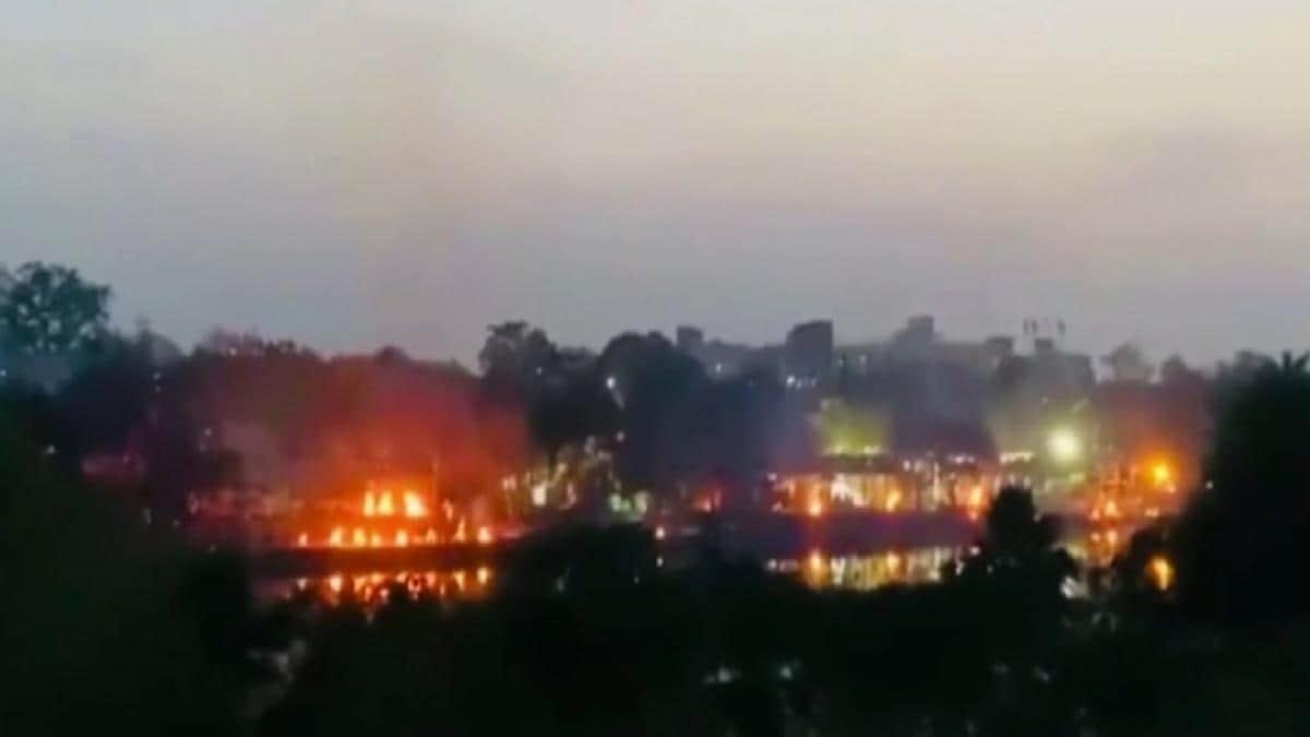 Corona: धूं-धूं कर जलती चिताएं, कब्रिस्तान में भी लाशों की भीड़! डराने वाली है Lucknow की तस्वीरें - Cremation ground and graveyards overburdened in Lucknow - Coronavirus AajTak