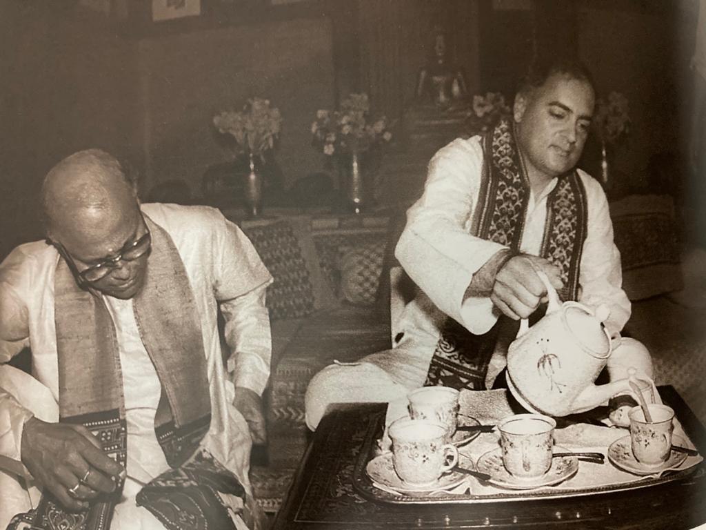 चाय पीते राजीव गांधी
