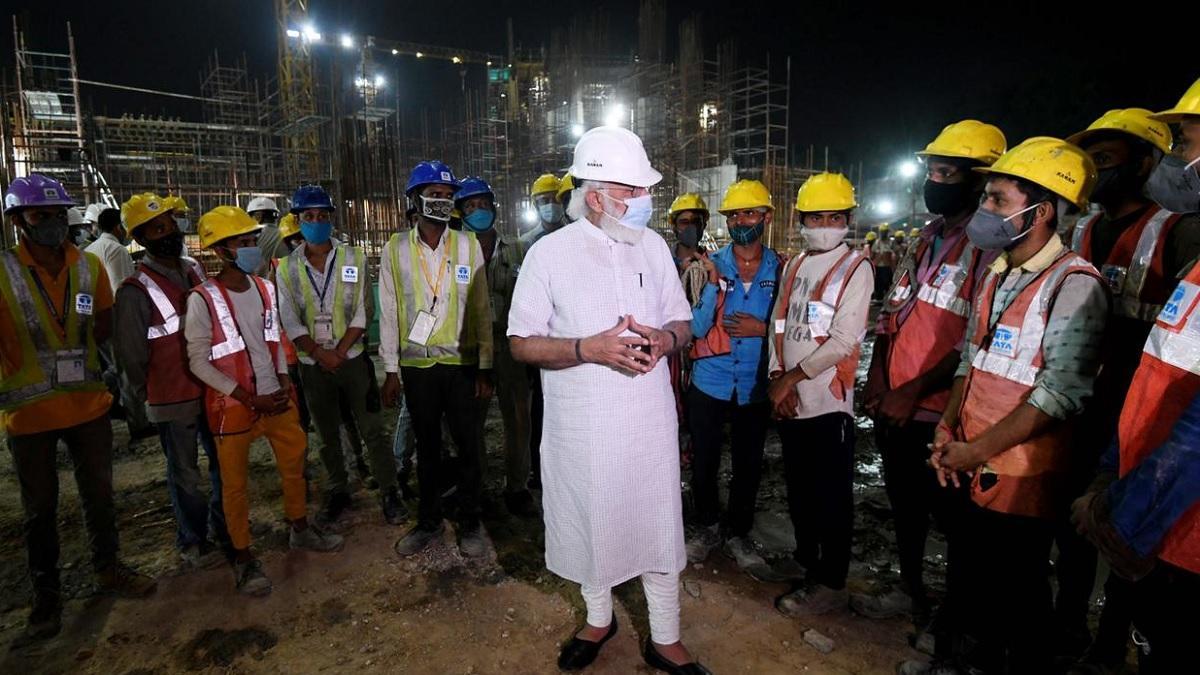 श्रमिकों से बात करते हुए पीएम मोदी