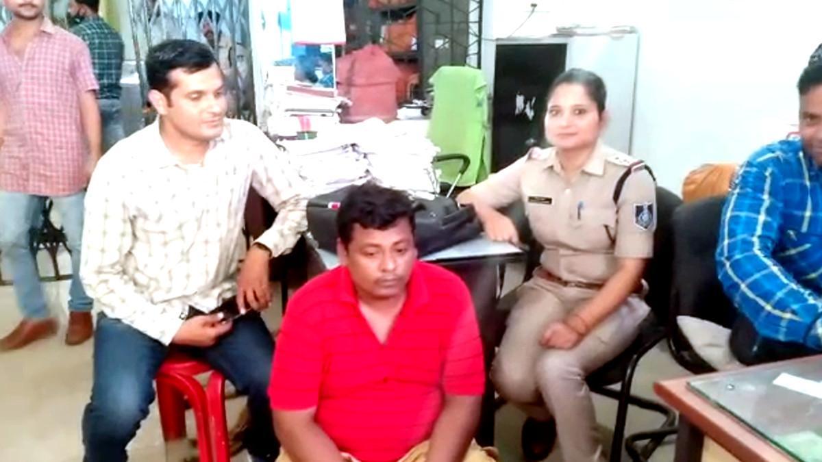 पुलिस गिरफ्त में आरोपी.