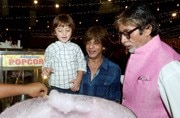 These photos of Amitabh Bachchan and Shah Rukh Khan buying cotton candy for AbRam are too cute for words