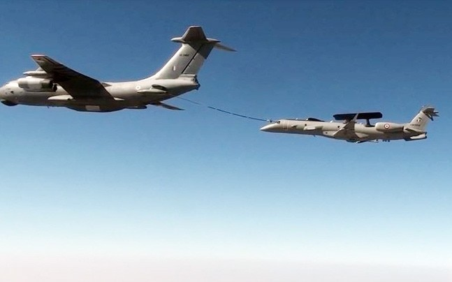 Ilyushin Il-78 refuels Embraer Airborne Early Warning and Control System (Photo: Twitter/Sanjay Bragta)