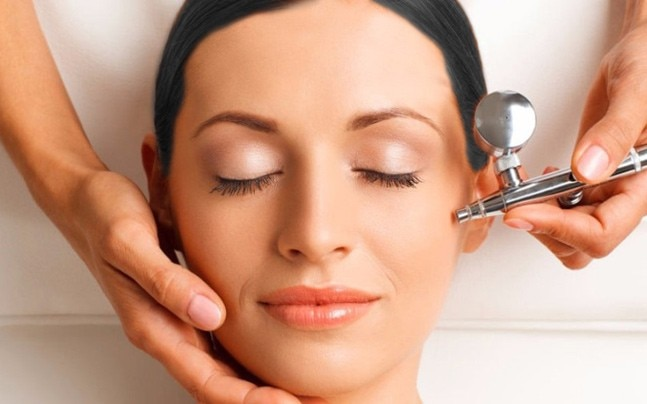 The Fluid Facial system takes into account the woman's menstrual, fertile and luteal phases in order to tackle every skin need and offers rejuvenation solutions.