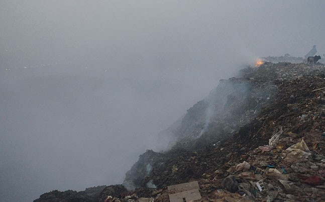 Deadly methane emitted largely from Delhi's garbage catching fire at Bhalswa landfill hasn't caught local administration's attention. (Photo: Parveen Negi)