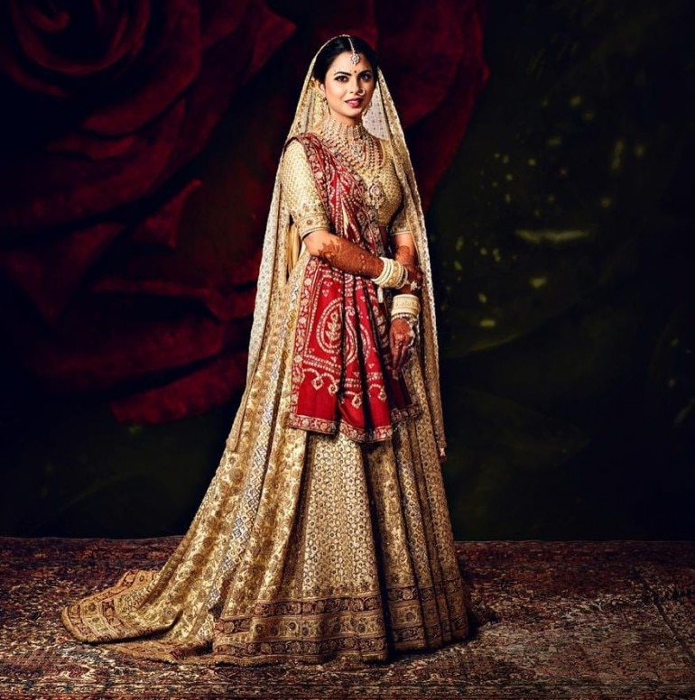 6eb0d8b06 Isha Ambani wore her mom Nita's 35-year-old saree on her wedding day ...