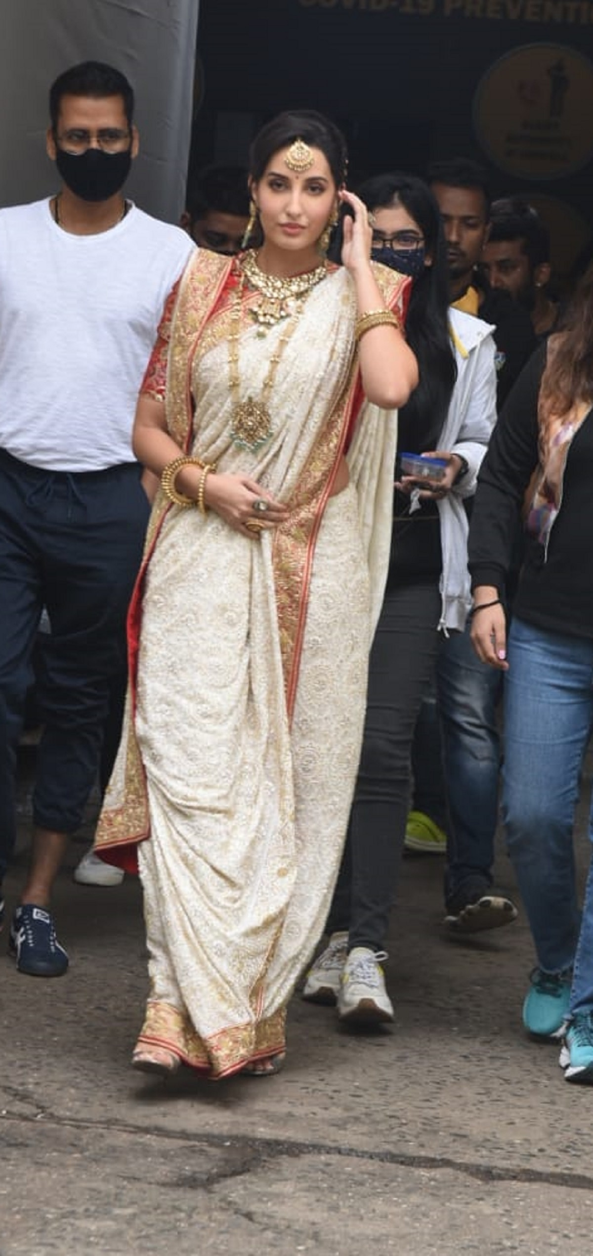Nora Fatehi in laal paad shada saree and gold jewellery is at her traditional best. See pics - Lifestyle News
