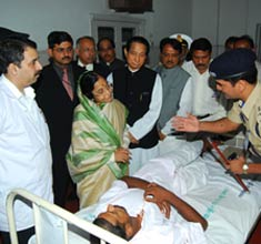 Prez visits Mumbai attack victims