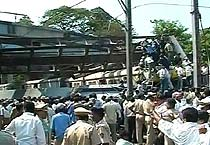 Pipeline falls on Mumbai train