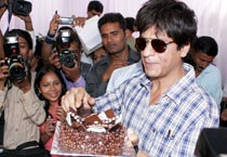 SRK cuts b'day cake