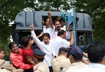 Shiv Sena protests against Abu Azmi