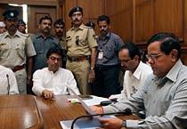 Raj Thackeray submits memorandum on water crisis