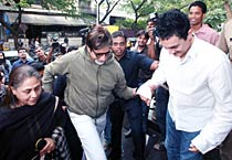 Big B, Jaya watch <em>Peepli Live</em> with Aamir