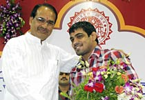 MP chief minister felicitates Sushil Kumar