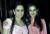 Amisha Patel hosts baby shower for Manyata Dutt