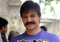 Vivek Oberoi watches <em>Rakta Charitra</em> with family
