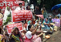 Bhopal gas activists protest against UPA govt