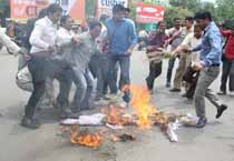 MP: Youth Congress workers protest against govt