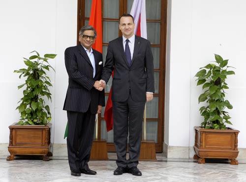 Delhi: S.M. Krishna meets Polish counterpart Radoslaw Sikorshi