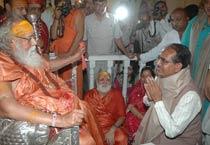 Digvijay Singh, Shivraj Singh Chouhan seek divine blessings