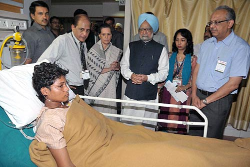 PM, Sonia meet Mumbai blast victims