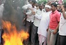 Team Anna burns copies of Lokpal bill draft
