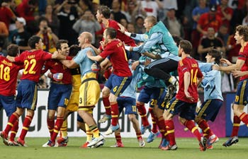Spanish players celebrate their victory.
