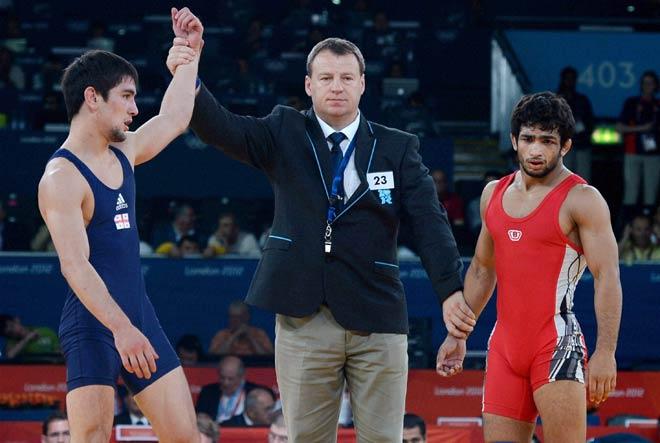 India's Amit Kumar (right) and Georgia's Vladimer Khinchegashvili
