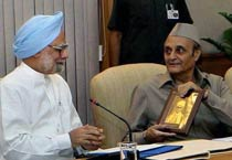 Prime Minister Manmohan Singh (left) with senior Congress leader Karan Singh